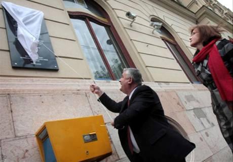 Nacionalista Ján Slota slavnostně odhaluje ceduli k oslavě Trianonské smlouvy (3. června 2010)