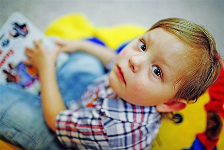 Tříletý Honzík v Dětském centru v Krči - syn matky alkoholičky, který se narodil v autobuse