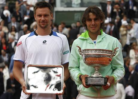 Robin Söderling a Rafael Nadal s trofejemi pózují fotografům po finále Roland Garros.