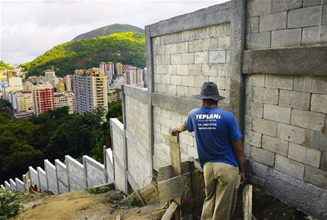 Dělníci dokončují zeď kolem čtvrti Favela Santa Marta v brazilském Rio de Janeiru. Měla by zabránit expanzi nových staveb do chráněného deštného pralesa za hranicí města.