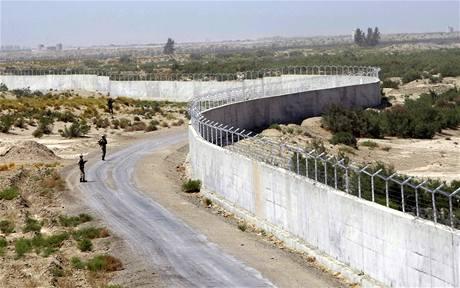 Zeď na Íránsko-pakistánské hranici má zastavit drogové pašeráky.