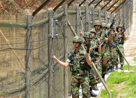 Jihokorejští vojáci kontrolují plot demilitarizované zóny u hranic s KLDR.