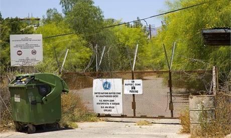 Ostnatý drát odděluje tureckou část ostrova Kypr od jižní Kyperské republiky.