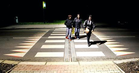 Osvětlený silniční přechod v Desné.
