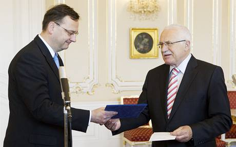 Petr Nečas přebírá od prezidenta Václava Klause pověření k jednání o vládě. (4. června 2010)