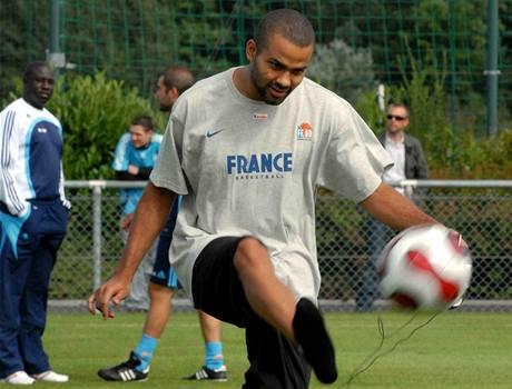 Francouzský basketbalista Tony Parker na tréninku fotbalistů Olympique Marseille.