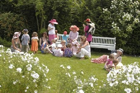V bílé zahradě v Ostré si návštěvníci klidně mohou udělat piknik.