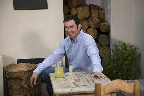 Emanuele Ridi relaxuje se sklenkou vlastnoručně připraveného citronového likéru limoncello.