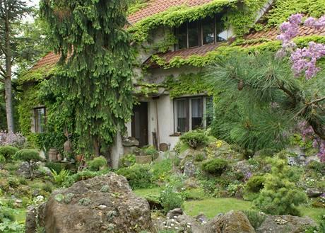 D�m doslova zarostl� v zeleni nezap�e, �e takov�hle zahrada je budovan� cel� desetilet�.