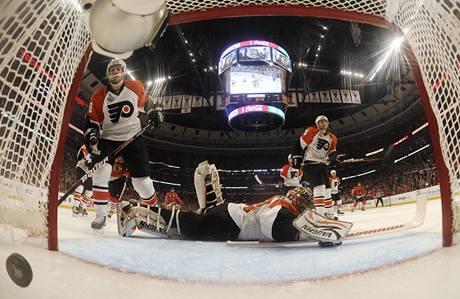 P�EKON�NI. Hokejist� Philadelphie inkasovali od Chicaga dal�� g�l.