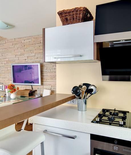 Kuchyňský kout i zbytek obývací místnosti jsou laděny do světlých odstínů bílé, béžové a hnědé