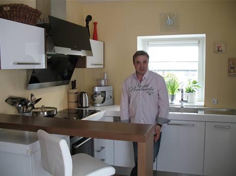 V kuchyni stačí udělat Martinu Zounarovi pouze jediný krok. Všude hned dosáhne.