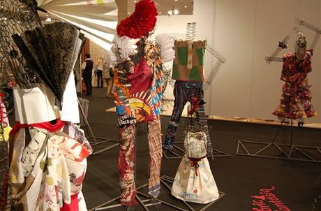 Pohled na britskou avantgardní instalaci textilií