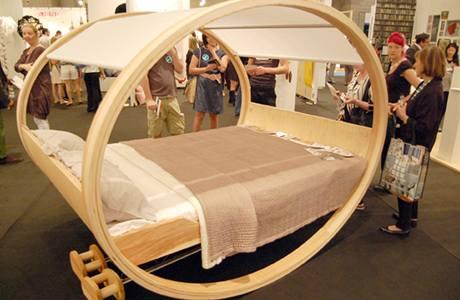 """Houpací postel """"Private Cloud"""" od německých designérů Michaela a Manuela Klokerových"""
