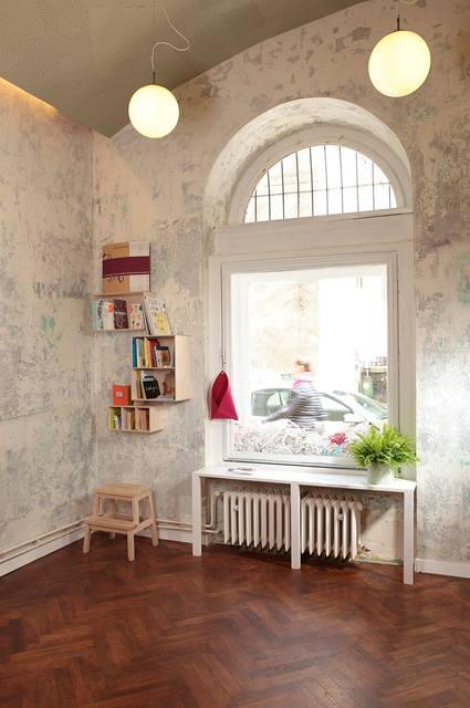 Mladí designéři citlivě repasovali původní prvky, které doplnili jendoduchým nábytkem