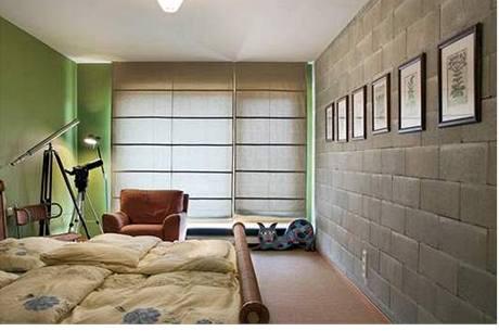 V ložnici je postel z ratanu
