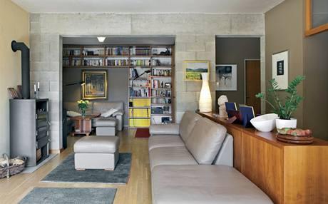 Na obývací část navazuje televizní kout ukrytý za příčkou