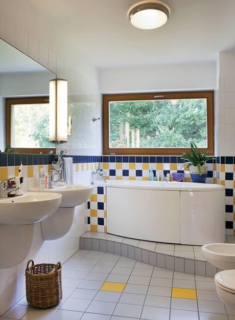 Vybavení koupelny v patře tvoří dvě umyvadla, vana, klozet i bidet