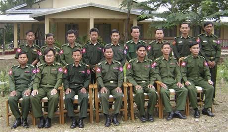 Major Sai Thein Win (druhý zleva v přední řadě) v tajné jednotce, která hlídala jaderné provozy. Snímek pochází z letošního ledna