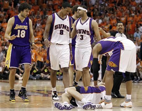TAKHLE TO SKONČILO. Goran Dragič z Phoenixu Suns leží na palubovce po tvrdém faulu Saši Vujačiče (18) z LA Lakers.