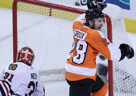 Claude Giroux z Philadelphie Flyers se raduje z rozhoduj�c� trefy do s�t� Chicaga Blackhawks.