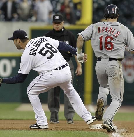 OSUDNÝ OKAMŽIK. Armando Galarraga z Detroitu Tigers zašlápl metu dřív než Jason Donald z Clevelandu Indians. Rozhodčí Jim Joyce to ale viděl jinak.