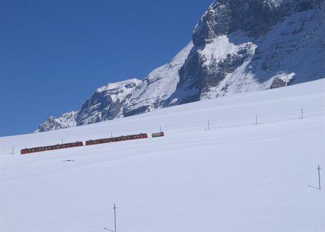 Vlak stoupá pod Eigerem k tunelu na Jungfraujoch