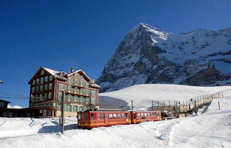 Jungfraubahn vyjíždí z Kleine Scheidegg