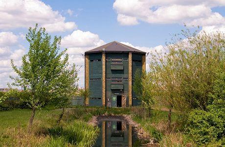 Třípodlažní vyhlídková věž - Peacock Tower je jedinou vyšší stavbu uvnitř areálu London Wetland Centre.