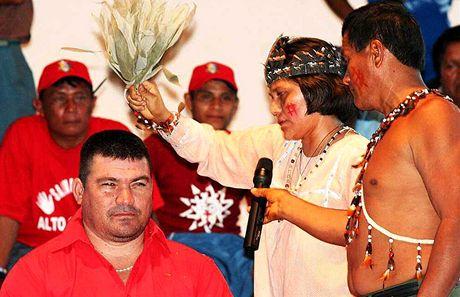 Amazonie, kandidát na starostu v La Esmeraldě Jésus Manosalva v rukou šamanů