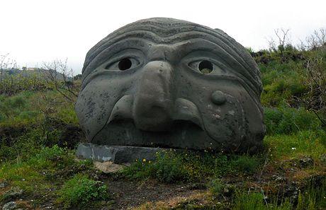 Itálie. Socha ze sopečného kamene vedle silnice na vrchol Vesuvu