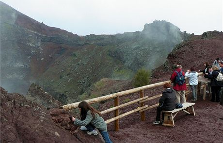 Itálie. Turisté nahlížejí do kráteru Vesuvu