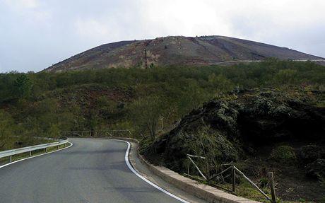 Itálie. Silnice těsně pod vrcholem Vesuvu