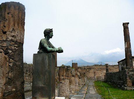 Itálie. Pohled na Vesuv ze zřícenin Apollonova chrámu v Pompejích