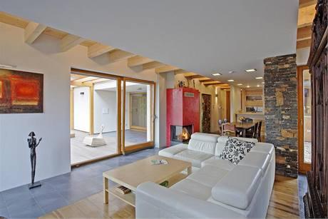 Trámový strop v obývacím pokoji částečně zakrývá sádrokartonový podhled s integrovanými svítidly