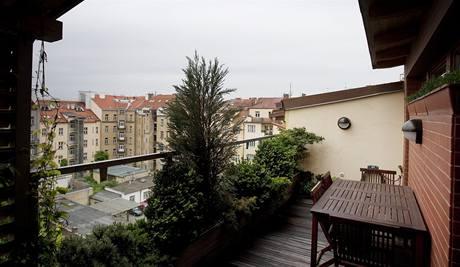 Z terasy se nabízí výhled do klidného vnitrobloku a na zeleň mezi bubenečskými činžáky