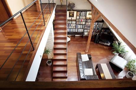 V patře na chodbě vedle schodů je pracovna