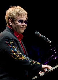 Elton John p�i vystoupen� v ma�arsk� Budape�ti (8. �ervna 2010)