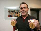 Ond�ej Weissmann ukazuje dv� zlata. Jedno získal coby asistent trenéra Vladimíra R�i�ky na mistrovství sv�ta 2005, druhé o p�t let pozd�ji
