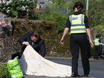 Vyšetřovatelé zkoumají tělo jedné z obětí Derricka Birda v Egremontu (3. června 2010)