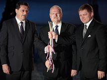 Zleva: Předseda parlamentu Pavol Paška, prezident Ivan Gašparovič a premiér Robert Fico na odhalení sochy knížete Svatopluka na Bratislavském hradě (6. června 2010)
