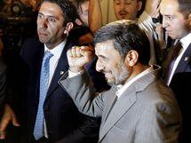 Íránský prezident Mahmúd Ahmadínežád na konferenci v Istanbulu (8. června 2010)