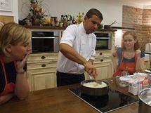 Účastníci kurzu okukují šéfkuchaře