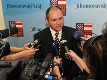 Jihomoravský hejtman Michal Hašek na mimořadné tiskové konferenci ČSSD (7.6.2010)