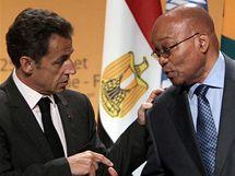 Francouzský prezident Nicolas Sarkozy se svým jihoafrickým protějškem Jacobem Zumou na summitu Francie a Afriky (1. června 2010)