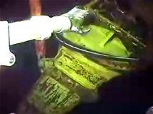 Záběry podmořské webkamery ukazují poslední vývoj u zničeného vrtu a snahu firmy BP únik ropy omezit (2. června 2010)