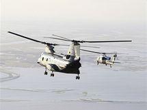 Helikoptéry včetně prezidentské Marine One letí s Barackem Obamou na Grand Isle v Louisianě (4. června 2010)
