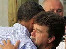 Barack Obama objímá starostu Grand Isle v Louisianě (4. června 2010)