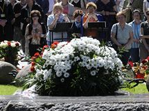 Věřící se modlí u hrobu Jerzyho Popieluszka před kostelem Stanislava Kostky ve Varšavě (5. června 2010)