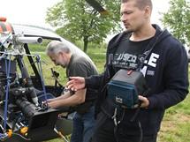 Režisér Petr Jákl (vpravo) se připravuje na let vrtulníkem, v němž natočil poslední záběry k filmu Kajínek